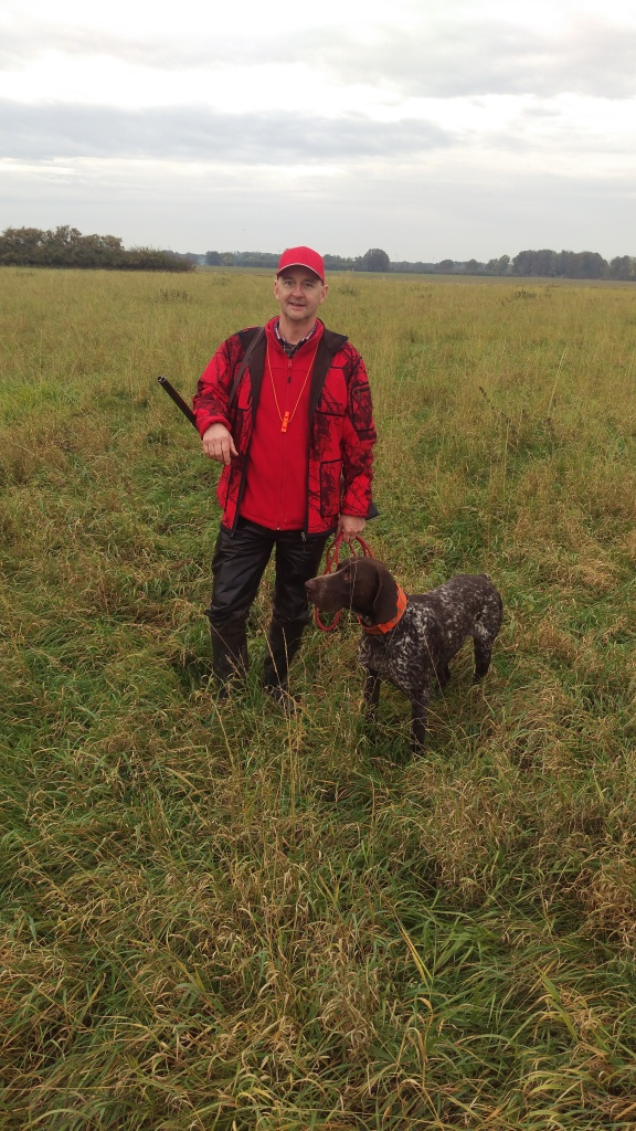 Hundeführer und Jagdhund bei der gemeinsamen Niederwildjagd